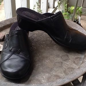 Clarks black leather clogs! Light perfect 4 travel